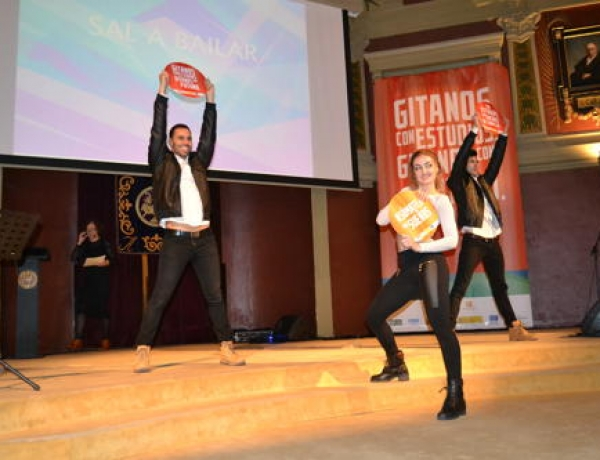 """Más de 200 personas se comprometen con la educación de la juventud gitana en el concierto de presentación de la campaña de """"Asómate a tus sueños"""" en Madrid"""